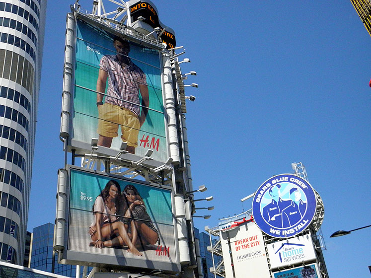 Toronto Photos :: Dundas Square :: Downtown. Billboards on Yonge-Dundas Square