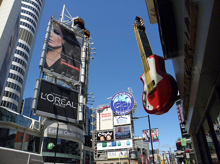 Toronto Photos :: Yonge Street :: Downtown. Hard-Rock Cafe on Yonge-Dundas Square
