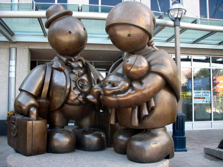 Toronto Photos :: Yonge Street :: Tom Otterness Immigrant family