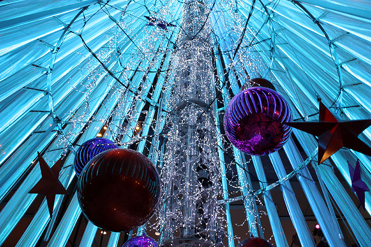 Toronto Photos :: Dundas Square :: Toronto Eatong Centre - Christmas tree decorations