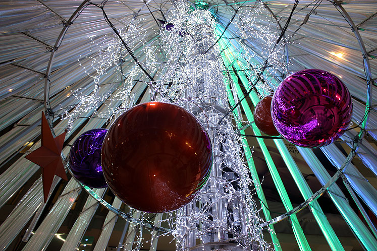 Toronto Photos :: Eaton Centre :: Toronto Eatong Centre - underneath the Christmas Tree