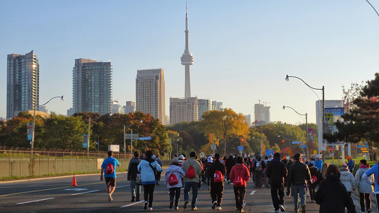 Toronto Photos :: Polin :: Toronto. Scotiabank marathon, October 2013 - walking towards CN Tower