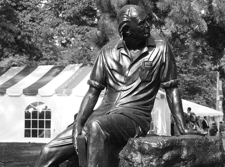 Toronto Photos :: Sculptures in the city :: Toronto. Queen´s Park - a monument of Al Purdy